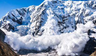 Tatry - śnieg zasypał schronisko w Dolinie Pięciu Stawów. TOPR ewakuowało 23 turystów.