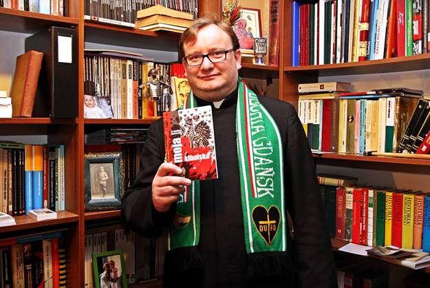 """Ks. Jarosław Wąsowicz, duszpasterz polskich kibiców i autor książki """"Moja Polska Kibolska""""."""