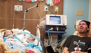 Zdjęcie, które rozrywa serca na pół. Dziadek płacze przy łóżku umierającej wnuczki