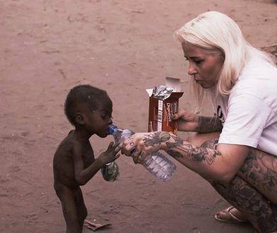 Podała wodę wyczerpanemu chłopcu. Niewiarygodne, jak się zmienił