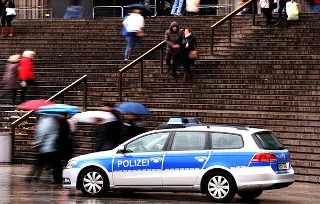 Policja przed Dworcem Głównym w Kolonii
