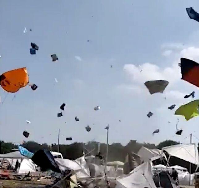 Na wideo widać jak wiatr porywa coraz więcej namiotów