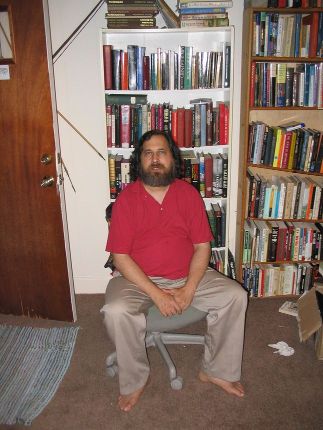 Richard M. Stallman jest bardzo oczytaną osobą, ma kilkutysięczny zbiór książek, najwięcej poświęconych zagadnieniom współczesnej nauki, szeroko pojętej informatyki, filozoficzne, biografię przywódców komunistycznych i z nurtu science fiction.