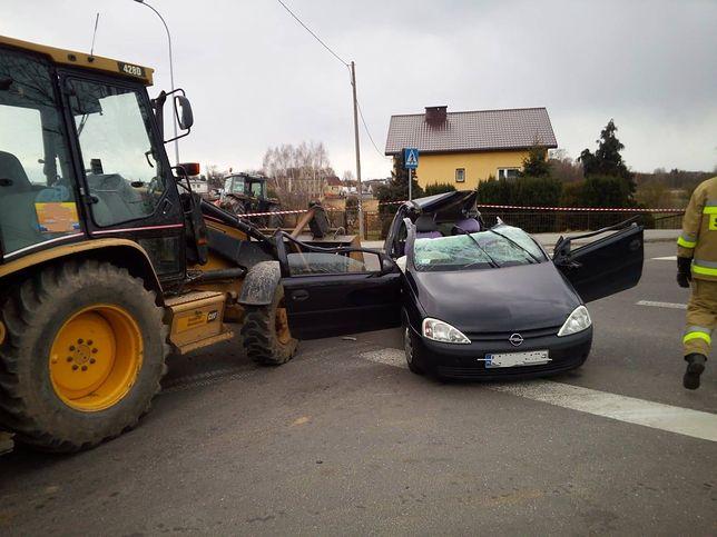 Linka holownicza przecięła dach samochodu