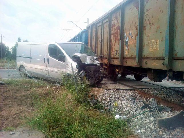 Pociąg towarowy uderzył w busa. Zawiodły rogatki