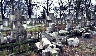 Wandale poprzewracali krzyże tworzące ogrodzenie cmentarza