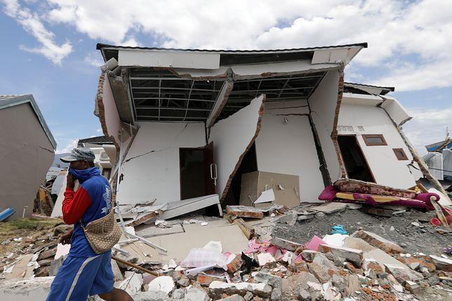 Domy zawalały się pod ziemię wraz z przebywającymi w nich ofiarami, zakopując ich żywcem.