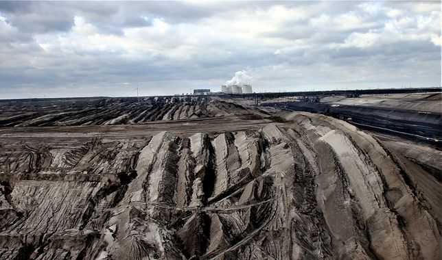 Kopalnia węgla brunatnego w Jaenschwalde. Budowa kopalni odkrywkowej wiąże się z ogromną dewastacją środowiska