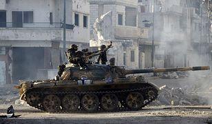 Syryjskie oddziały armii przejeżdżają przez zniszczone ulice Qusayr w Homs