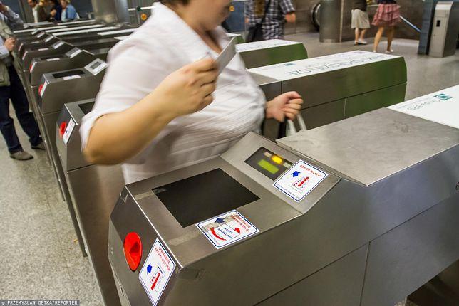 Warszawa. Nielegalnie doładowane karty miejskie nadał działały na bramkach w metrze