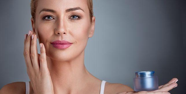 Jak dbać o dojrzałą skórę latem? Sprawdź, ktore nawyki i kosmetyki pomogą ci odmłodnieć