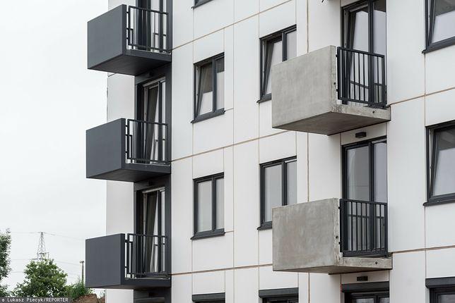 Czy można opalać się nago na własnym balkonie? Są przepisy, które to regulują