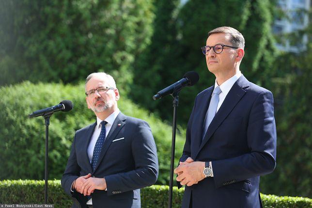 Minister zdrowia Adam Niedzielski oraz premier Mateusz Morawiecki po posiedzeniu sztabu dotyczącego pandemii koronawirusa