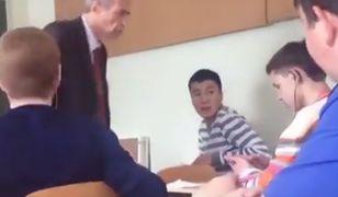 Klasa broni nauczyciela po tym jak został zaatakowany przez jednego z uczniów