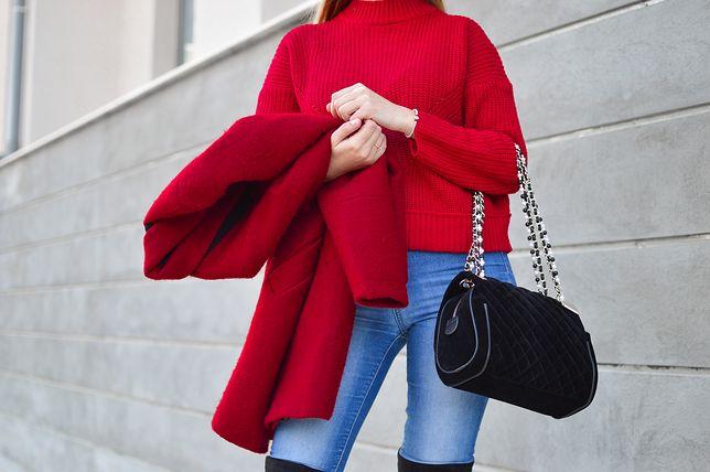 Sweter w intensywnym kolorze wyróżni cię na szarej ulicy