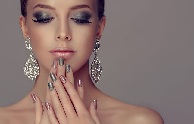 Paznokcie na sylwestra powinny być spójne z makijażem i stylizacją