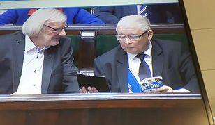 Jarosław Kaczyński czyta w Sejmie atlas kotów