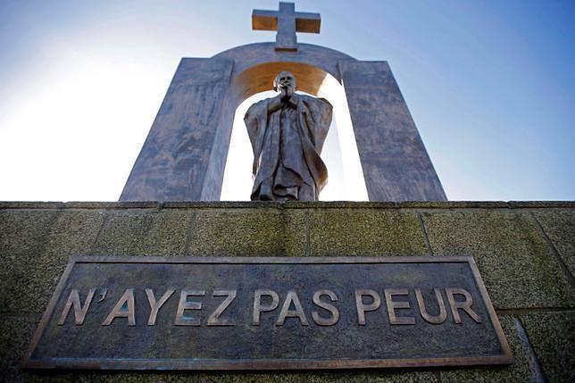 Pomnik został odsłonięty w 2006 roku i od tamtego momentu wzbudza kontrowersje.
