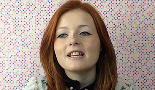 Niewidoma nastolatka uczy, jak robić makijaż