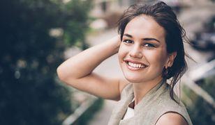 Darsonwalizacja to zabieg polecany szczególnie osobom z cerą trądzikową.