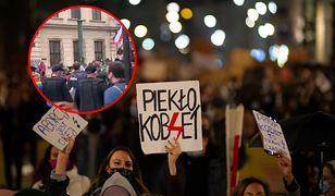 Krakowska policja dołączyła się do strajku kobiet. Świadkowie byli wzruszeni