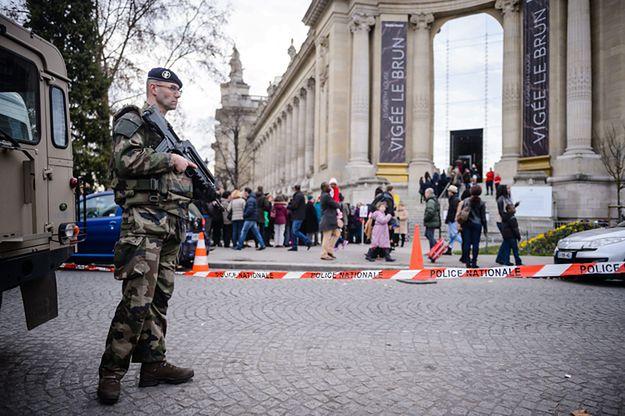 Policyjny patrol w Paryżu.