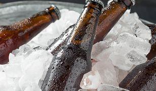 Zimna woda dla ochłody. Dzięki tym trikom szybko schłodzisz napoje