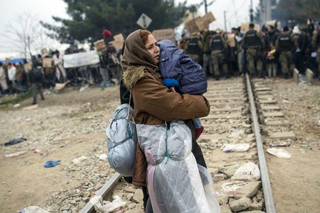 Demonstracja migrantów przy granicy z Macedonią. Władze wysłały wozy opancerzone