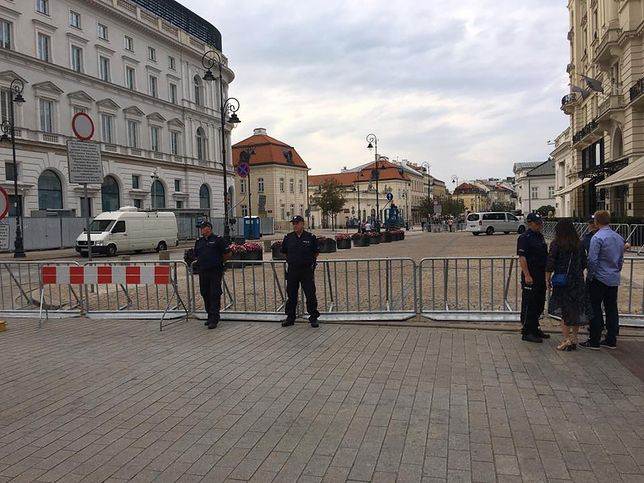 Krakowskie Przedmiecie w okolicach pałacu prezydenckiego przed miesięcznicą smoleńską