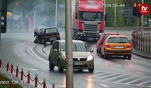 Ciężarówka na czerwonym świetle wjeżdża na skrzyżowanie i uderza w Fiata Seicento