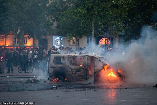 Zamieszki we Francji. Demonstranci demolowali wystawy i podpalali samochody