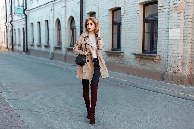 Prosty płaszcz, bluzka i rurki będą wyglądać efektownie w wysokich kozakach