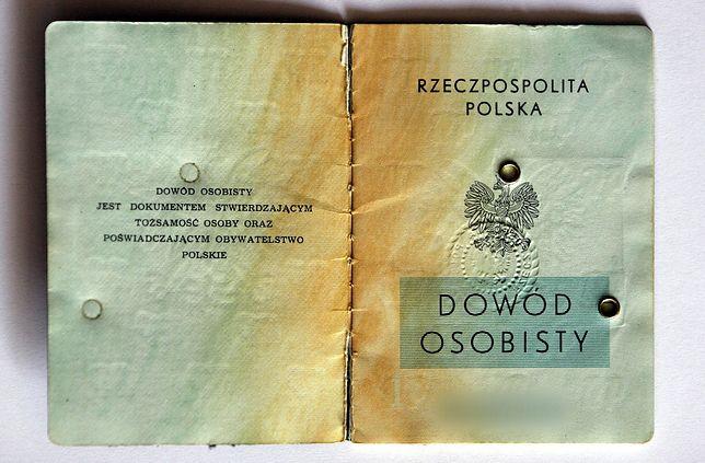 W starym dowodzie książeczkowym mogą znaleźć się informacje o naszym stażu pracy.