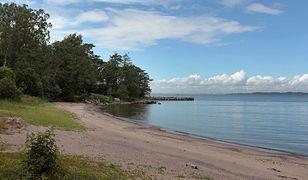 Oficjalnie wyspa jest zamieszkana na stałe tylko przez jednego człowieka