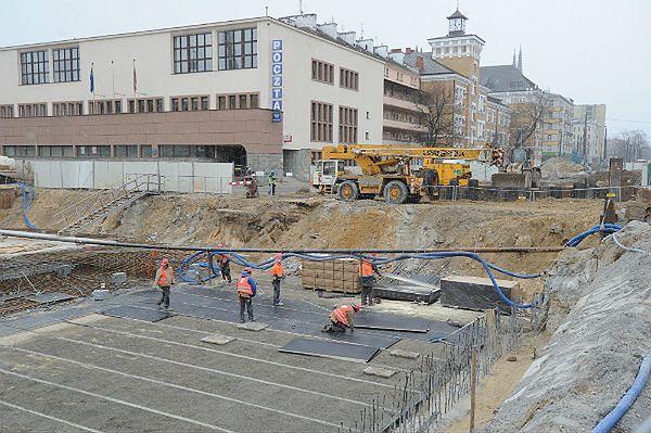 Budowa II linii metra w Warszawie w pobliżu budynku Poczty Polskiej