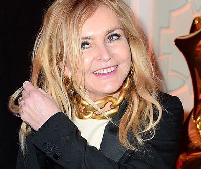 Monika Olejnik w kolorowym płaszczu