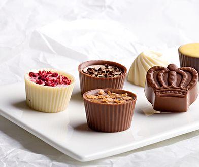 Zamknięte w czekoladowej skorupce lub umieszczone w kubeczku - pralinki prezentują się pięknie