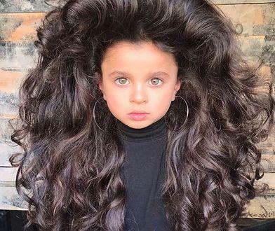 Mała Mia i jej włosy robią wrażenie