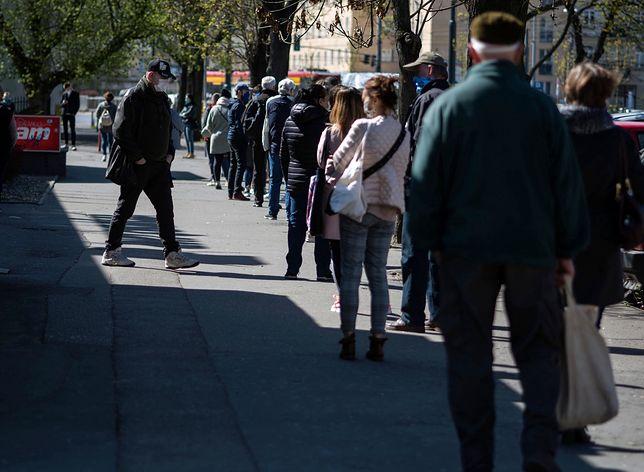 Majówka w dobie koronawirusa. Polacy nie rezygnują z grillowania i tłumnie ruszyli do sklepów