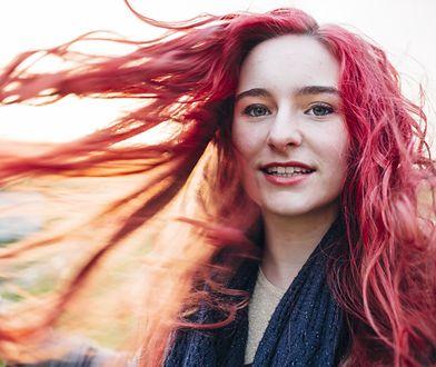 Płukanka do włosów w kolorze różowym przypadła do gustu wielu kobietom.
