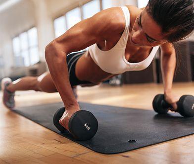 Wykonywanie różnych wariantów deski pozwala wzmocnić mięsień piersiowy większy.