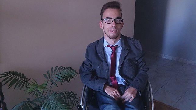 """Jakub ma 26 lat i jeździ na wózku inwalidzkim. """"Jestem Normalnym Człowiekiem"""""""
