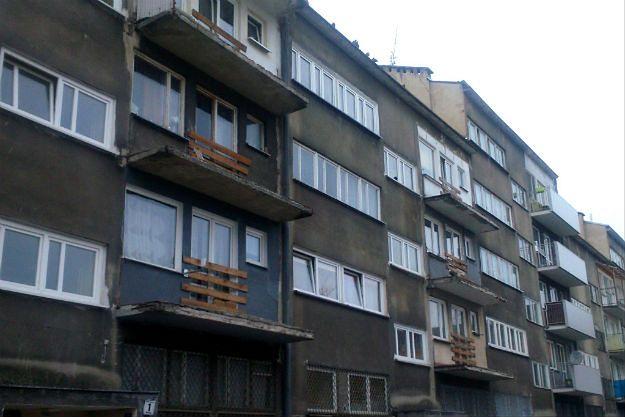 Zabite deskami okna w centrum Wrocławia. Czy jest szansa na zmianę tego widoku?