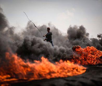 Demonstracja Palestyńczyków w pobliżu granicy Strefy Gazy z Izraelem