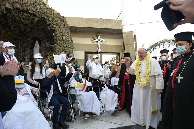 """Papież Franciszek przyleciał do Iraku. Zapewnił, że """"religia musi służyć sprawie pokoju"""""""