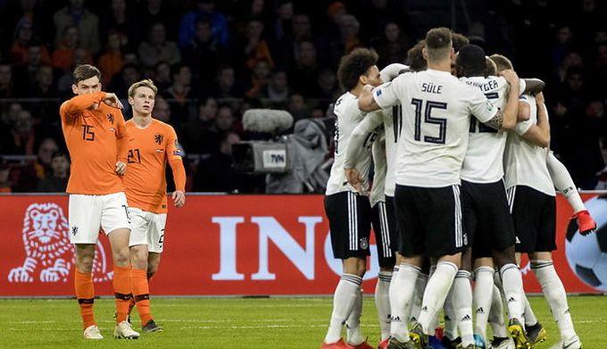 95037d230 PAP / Sascha Steinbach / Na zdjęciu: piłkarze reprezentacji Niemiec i  Holandii