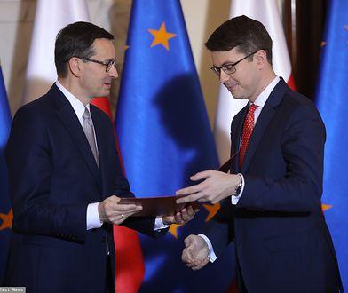 Mateusz Morawiecki wręczający nominację Piotrowi Müllerowi