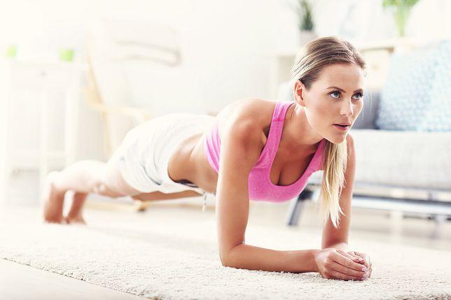 Deska skutecznie wzmacnia mięśnie głębokie brzucha.
