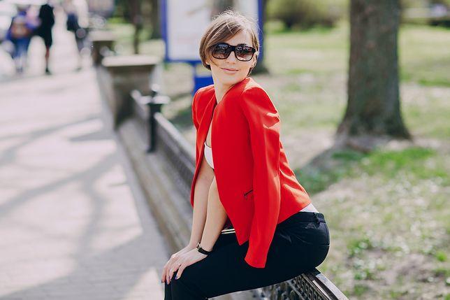 Czerwony damski garnitur to styl i awangarda