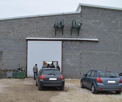 Sadkowice. Ciała dwóch Ukraińców znaleziono na terenie komory chłodniczej przechowalni do przetrzymywania owoców